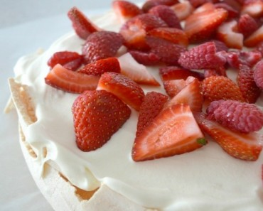 Traditional Australian Pavlova feature image